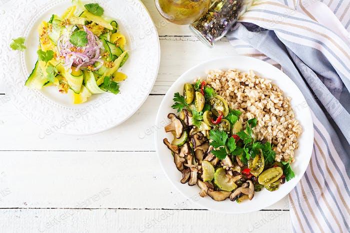Gesunde vegetarische Mahlzeit - Pilze Shiitake, Zucchini und Haferbrei