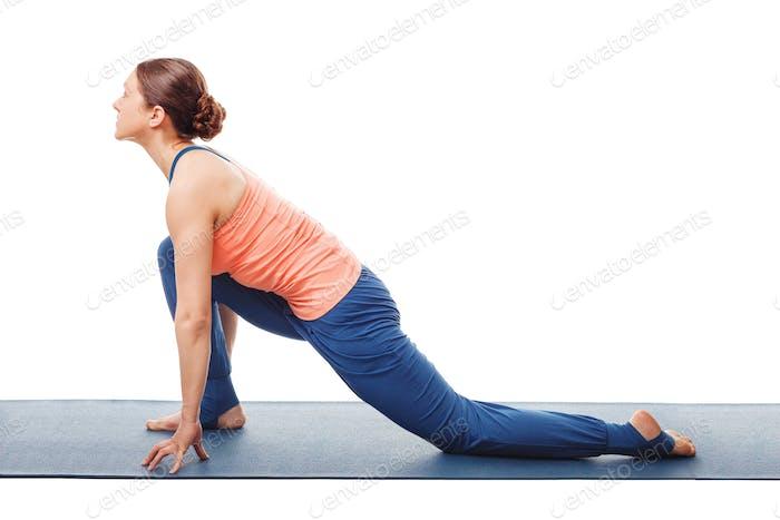Frau tut Yoga Asana Anjaneyasana
