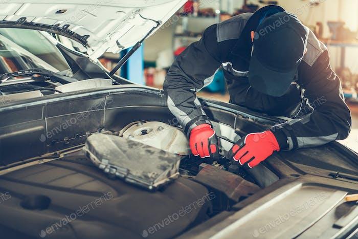 Reparación moderna de automóviles por trabajador autorizado profesional
