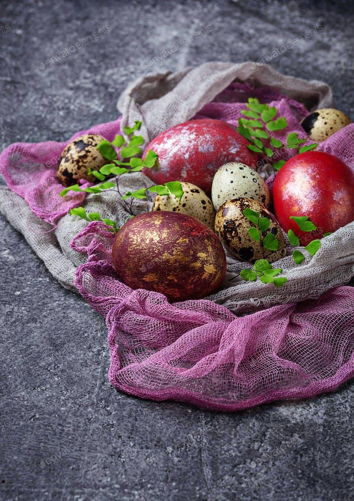 Ostern gemalt Hühner- und Wachteleier
