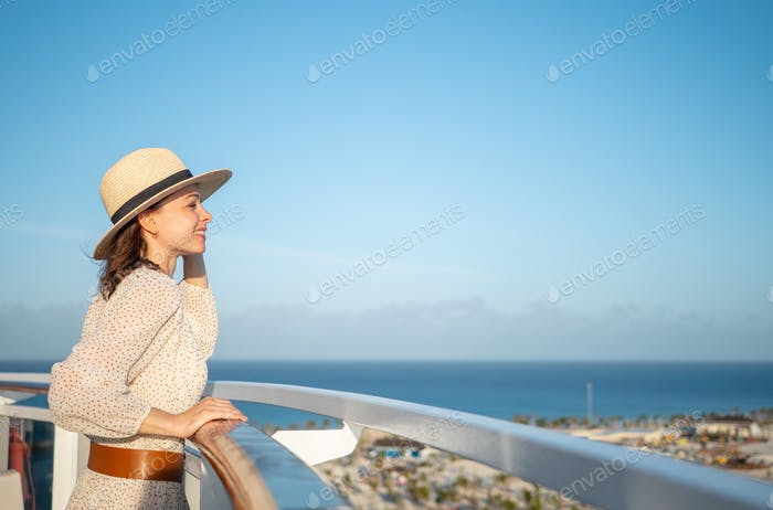Sonriente turista mirando a la vista