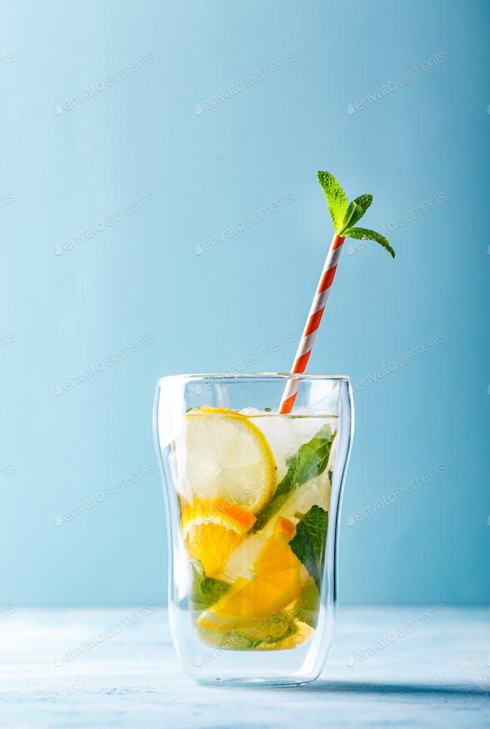 Erfrischende Cocktails mit Minze mit Zitrone, Orange, Minze und Eis