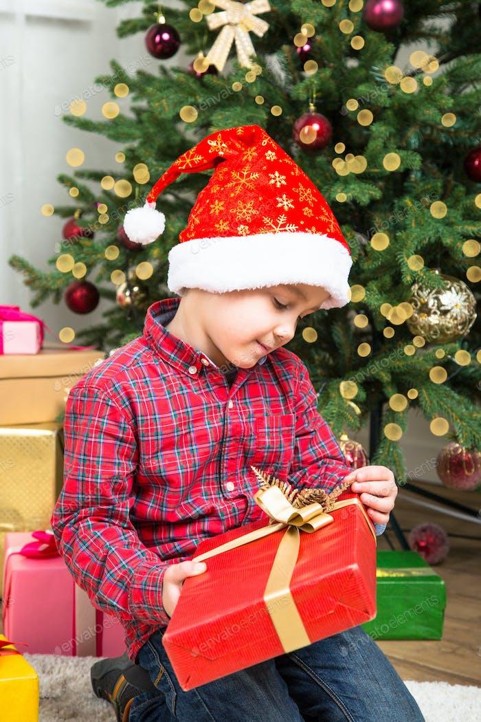 Weihnachten chikd mit Geschenkbox