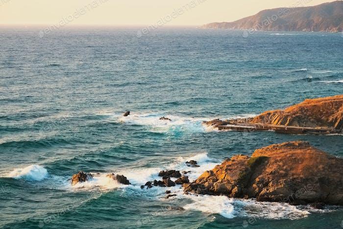 Schöne Küste und Felsen in Griechenland