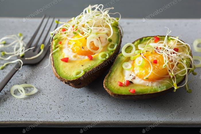 Ei gebacken in Avocado mit Frühlingszwiebeln und Luzerne Sprossen