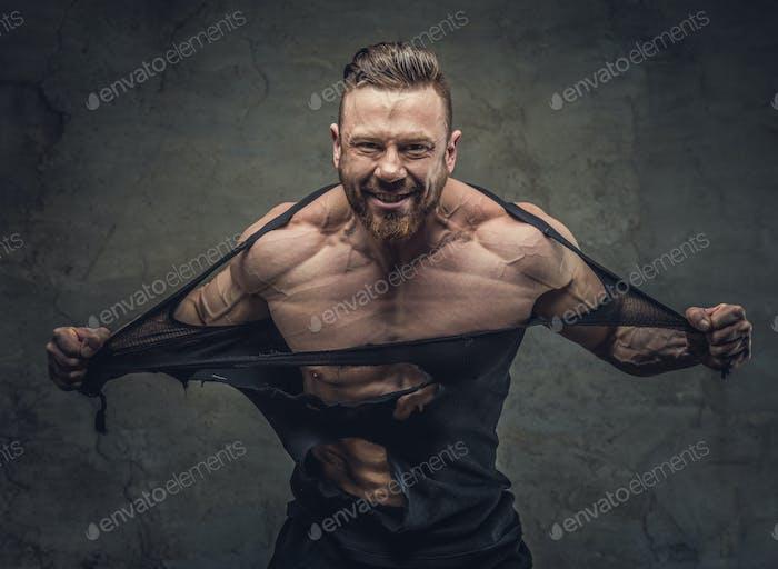 Huge bodybuilder rend his garments.