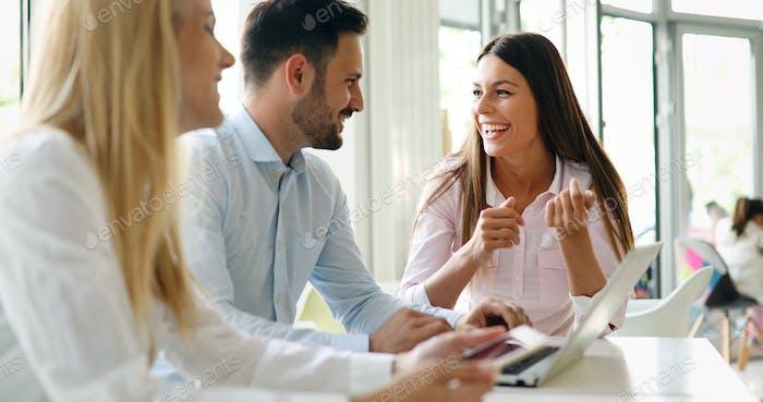 Geschäftskollegen lachen