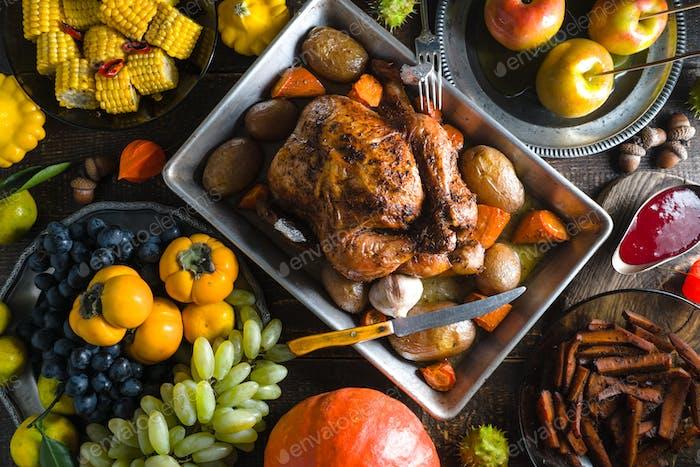 Fest mit Truthahn am Thanksgiving, Gemüse und Obst