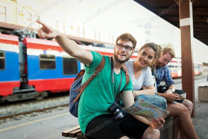 Gruppe von Freunden, die mit dem Zug reisen