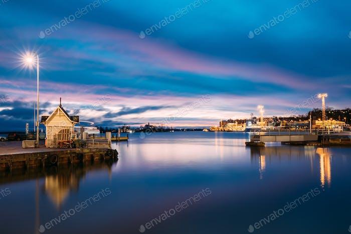 Helsinki, Finnland. landschaft mit stadt pier, anlegestelle bei winter sonne