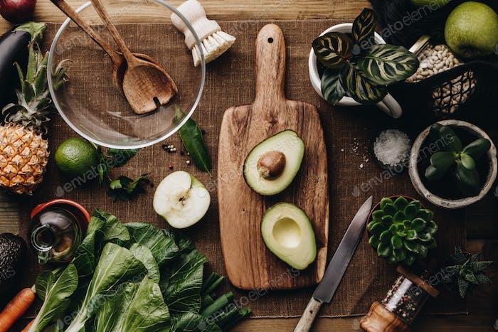 Frische Bio-Zutaten für die Salatherstellung auf rustikalem Hintergrund