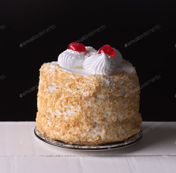 Baiser Kuchen vor dunklem Hintergrund