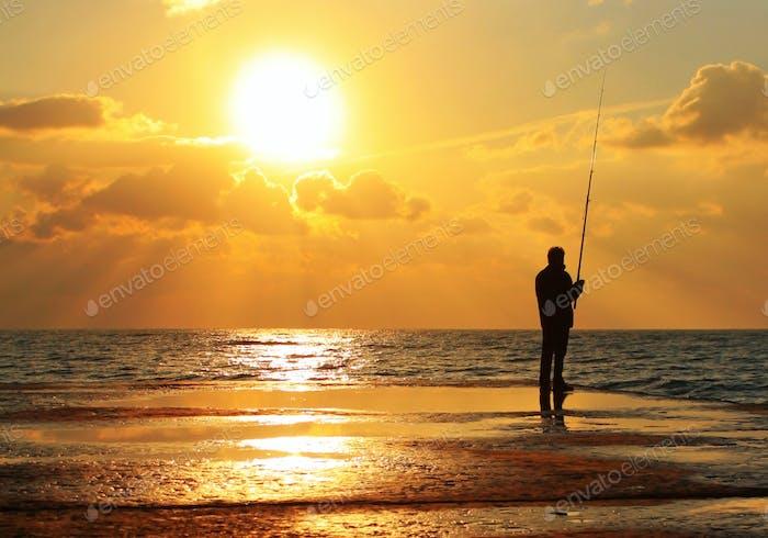 Reflexion eines Fischers in der Morgendämmerung