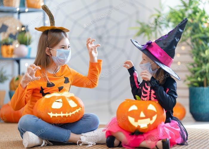 Mädchen in Karnevalskostüme tragen Gesichtsmasken