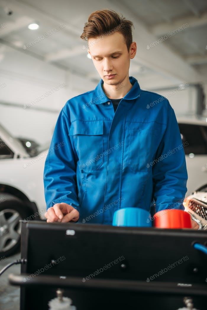 Mechanic at the air conditioning diagnostic system