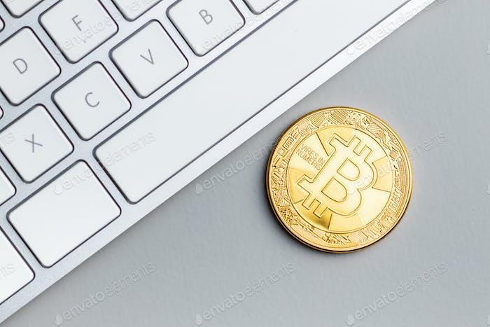 Moneda Bitcoin dorada. Criptomoneda y teclado de ordenador.