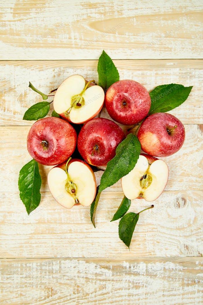 Frische rote, reife Äpfel Früchte ganz und in Scheiben geschnitten