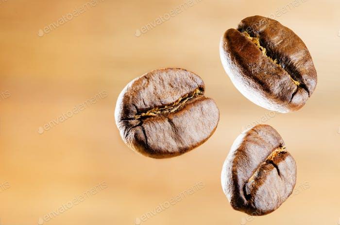 Kaffeebohnen auf dunklem Holzhintergrund