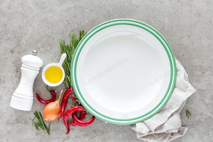 Kulinarischer Hintergrund mit leerem Teller und Platz für einen Text, flache Lay