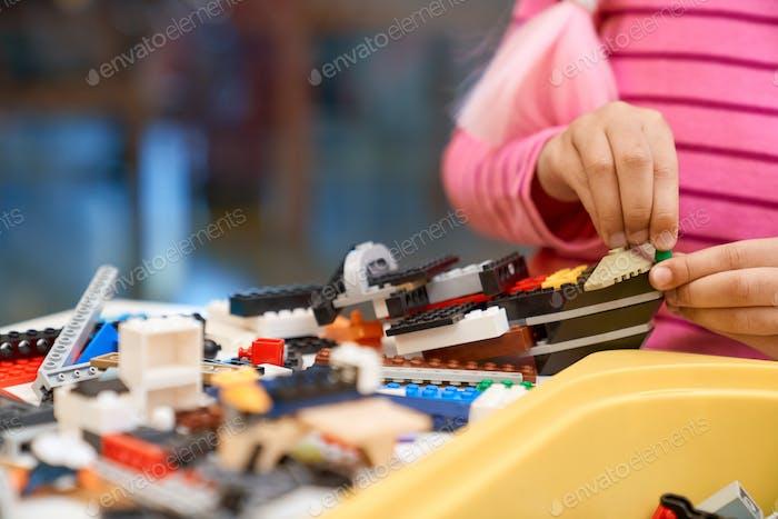 Inkognito Mädchen mit Bausatz