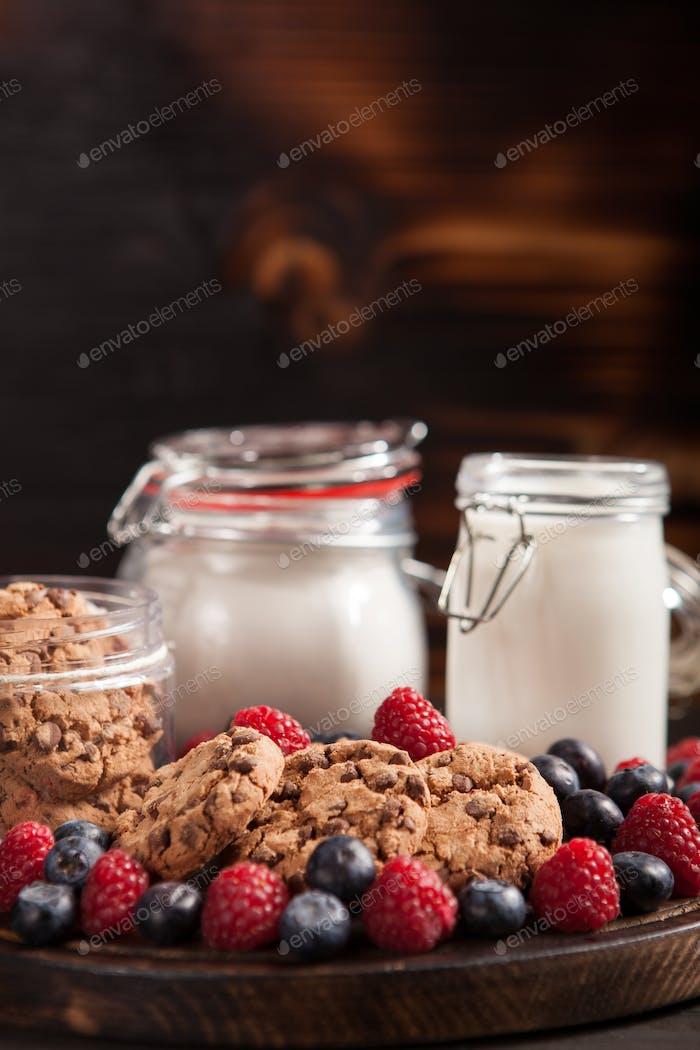 Homade Haferflocken Kekse mit frischen Bluebarries über Holztisch