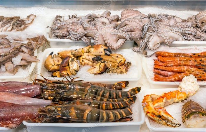Mariscos y mariscos en un mercado