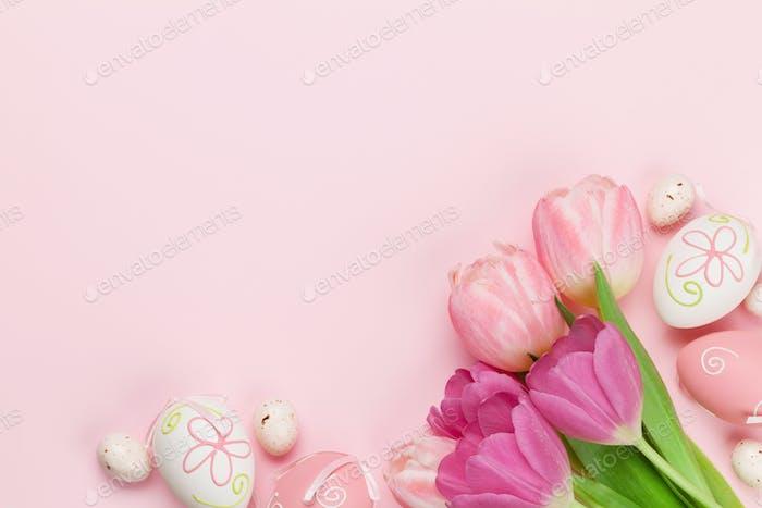 Carte de vœux de Pâques avec des œufs et des tulipes