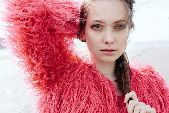 Porträt von schönen Mädchen Nahaufnahme, Wind flattern Haar