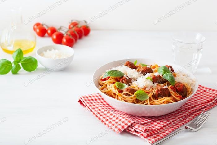 Spaghetti mit Fleischbällchen und Tomatensauce, italienische Pasta