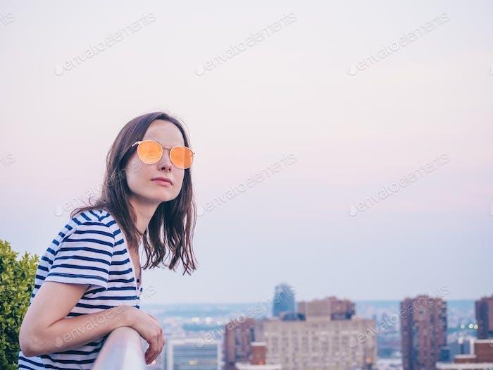 Chica atractiva en el techo