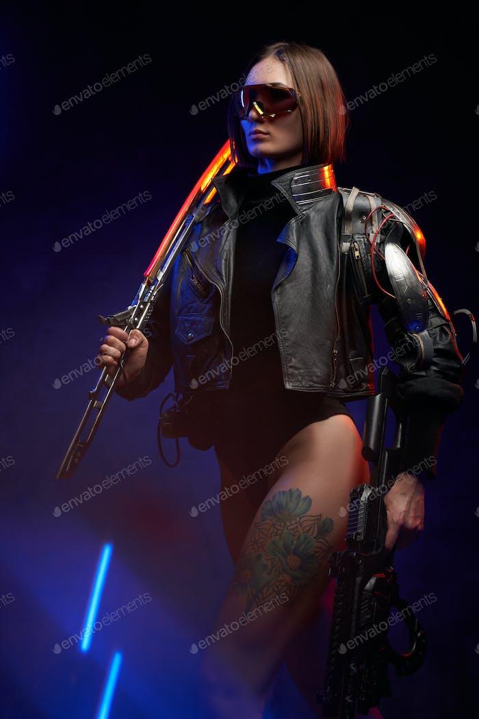 Söldnerin im Cyberpunk-Stil geht auf dunklem Hintergrund