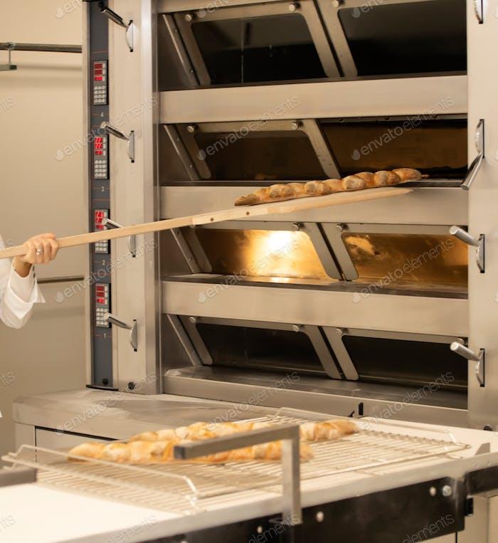 Backen von Brot im Ofen in der Bäckerei.