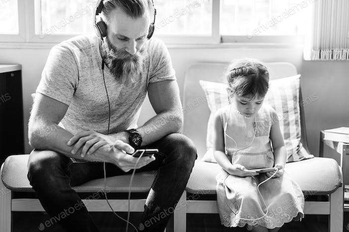 Familie Vater Tochter Liebe Elternschaft Hören Musik Togetherne