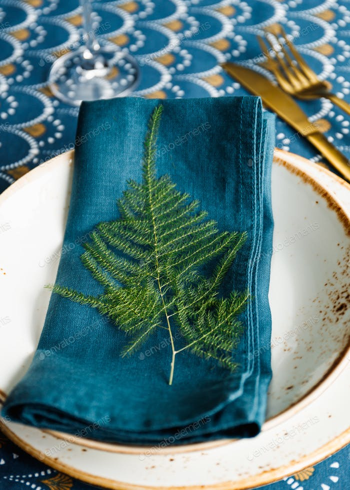 Праздничное место стола для рождественского или новогоднего семейного ужина с зимним декором.