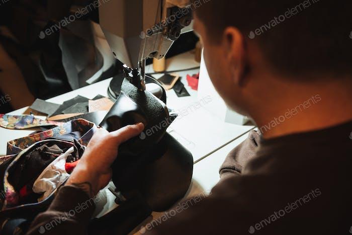 Konzentrierter Mann Schuhmacher in der Schuhwerkstatt.