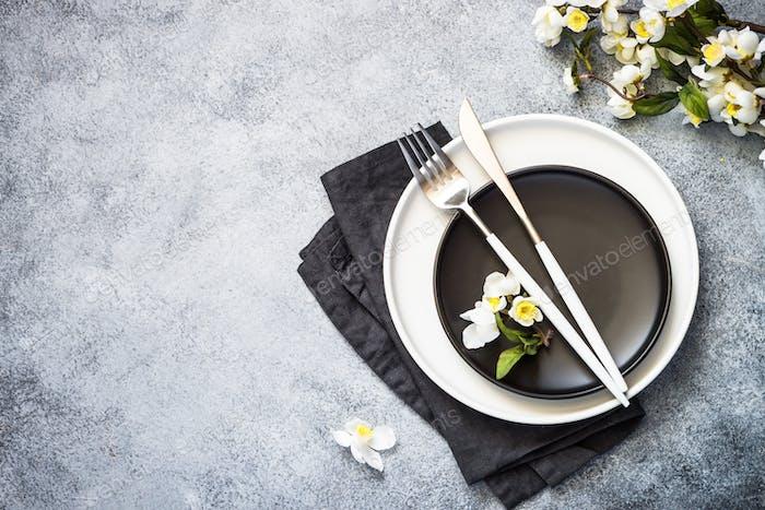 Spring Table Einstellung mit Platte und Blumenansicht