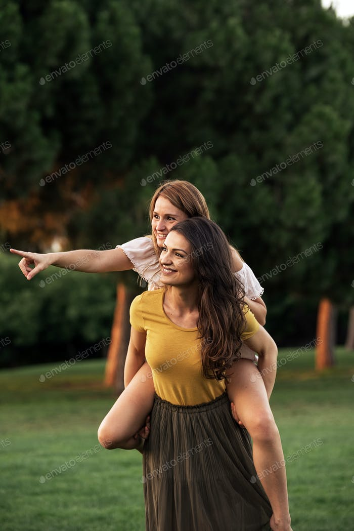 Schöne Frauen, die Spaß im Park haben.