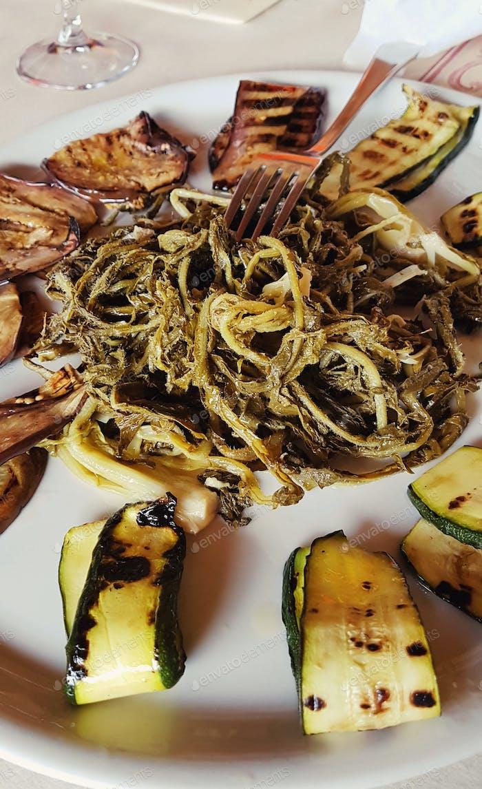 Gegrilltes Gemüse auf einem Teller