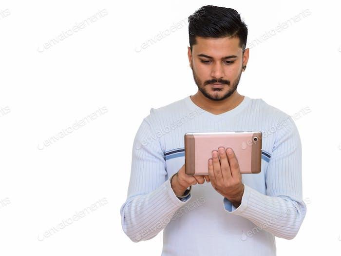 Junge gut aussehend indischen Mann mit digital-Tablette