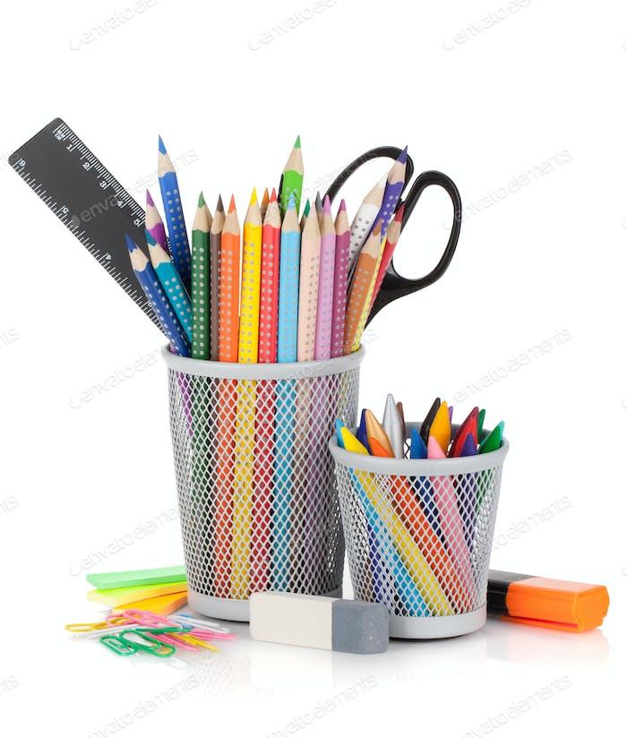 Verschiedene Buntstifte und Bürowerkzeuge