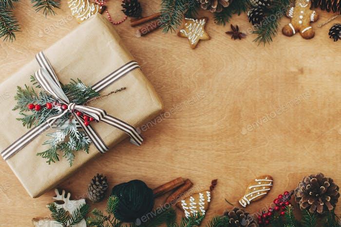 Frohe Weihnachten flach lag. Stilvolles rustikales Weihnachtsgeschenk und Kiefernzweige