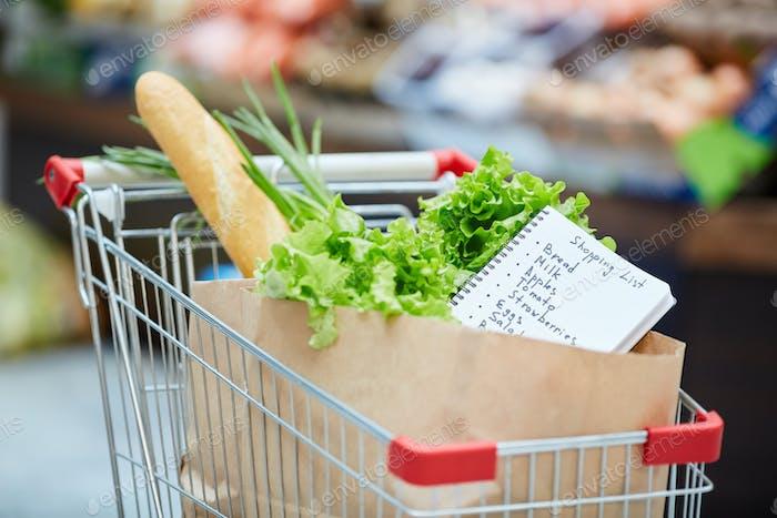 Warenkorb im Lebensmittelgeschäft