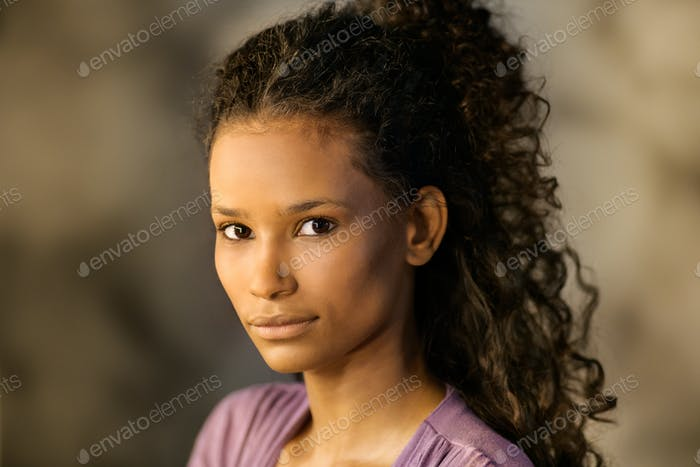 Junge nachdenkliche afro-amerikanische Mädchen in ihren 20er Jahren