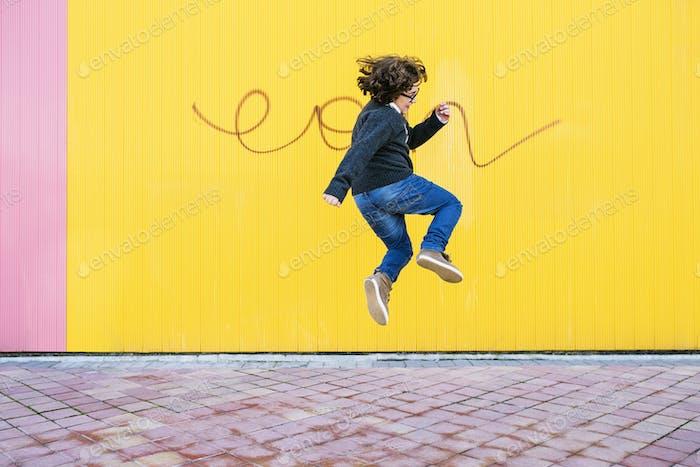 Glücklicher Junge, der springt.