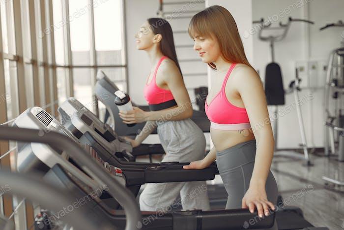 Ein schönes Mädchen in einem Fitnessstudio auf einer Rennstrecke