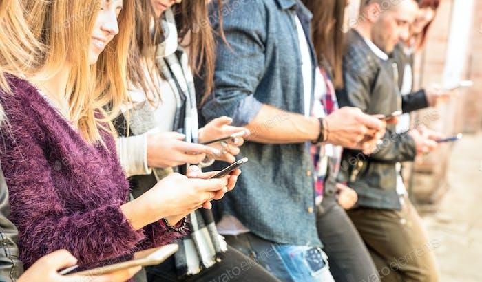 Gruppe multikultureller Freunde mit Smartphone