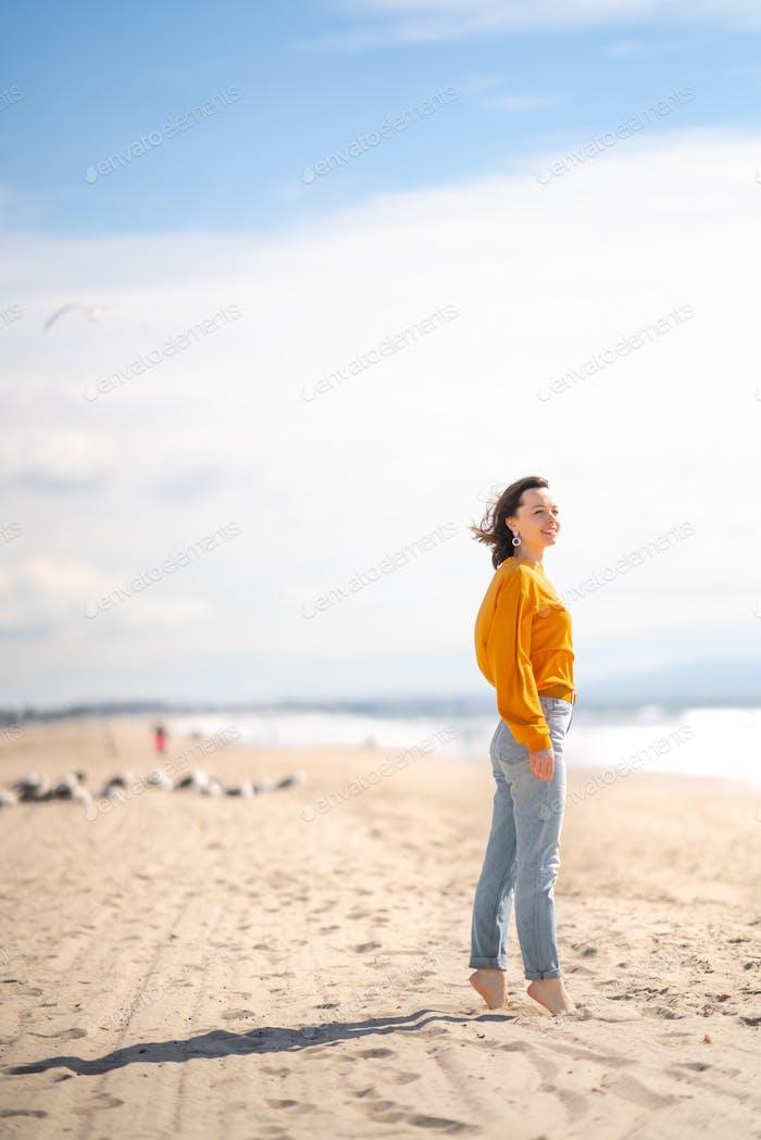 Chica sonriente en la playa en Los Ángeles