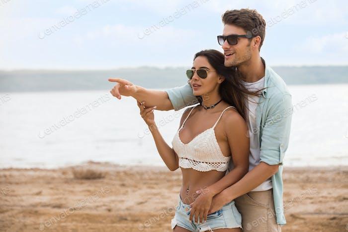 Junge schöne Paar in der Liebe umarmen