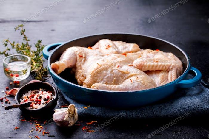 Ganzes rohes Huhn mit Kräutern und Gewürzen. Lebensmittelzutat Kochen Hintergrund