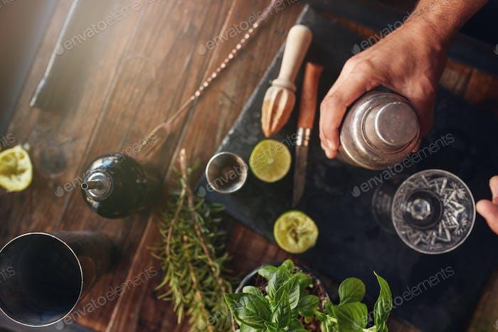 Barman Vorbereitung Cocktail im Shaker